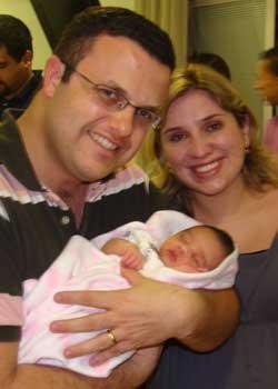 Papaizinho mostrando que a Nayara já o deixou bem treinado e sem medo de pegar bebezinhos!